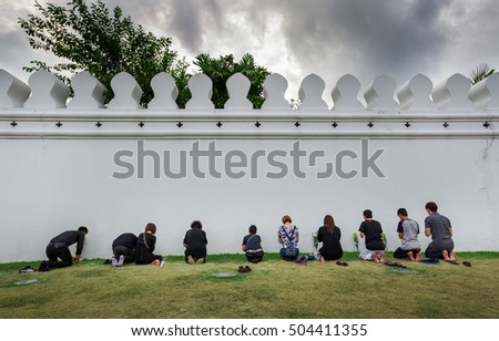 BANGKOK,THAILAND-OCTOBER 21,2016:Crowds of mourners come for worship fot Thai King Bhumibol Adulyadej at Wat Phra Kaew on October 21,2016 in Bangkok,Thailand.