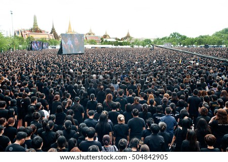 BANGKOK, THAILAND - OCTOBER 22,2016 :Thai people come for singing the anthem His Majesty King Bhumibol at Sanam Luang in front of the Royal Palace to pay respect in Bangkok,Thailand.