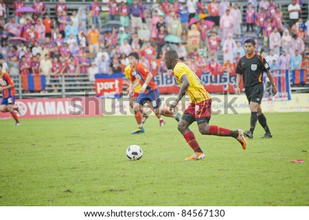 BANGKOK, THAILAND - SEPTEMBER 11 : J.Aikhionbare (O) in action during Thai Premier League (TPL) between Thai Port FC (O) vs OSotspa FC (Y) on September 11, 2011 at PAT Stadium in Bangkok, Thailand
