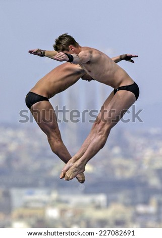 BARCELONA, SPAIN-SEPTEMBER 05,1999: australian divers helm and newbery during the synchronized diving final of the Swimming World Cup, in Barcelona.