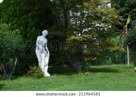 barock statue in a beautiful garden