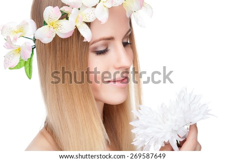 Beautiful blonde woman with straight hair and flowers