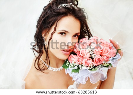 Beautiful bride posing in her wedding day