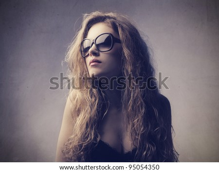 Beautiful elegant woman wearing fashion sunglasses