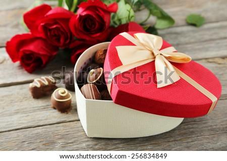 Đẹp hộp quà tặng trái tim với sôcôla trên nền gỗ màu xám