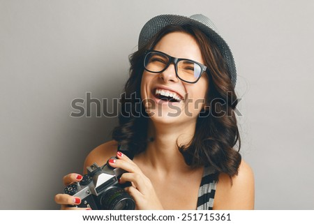 Beautiful, naturall girl in a hat with camera.