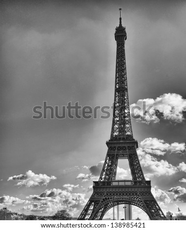 Beautiful view of Eiffel Tower with vegetation.