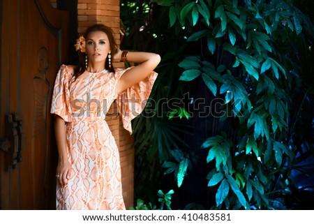 Makeup for orange dress