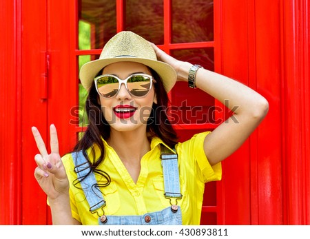 Beautiful young woman walking in the city. Europe, England. Vacation, tourist trip. Fashion woman in sunglasses outdoor.