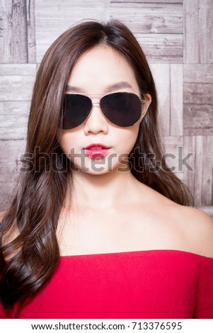 beauty fashion women wear sunglass on the wall