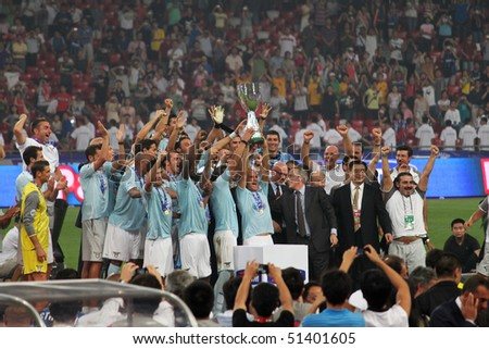 BEIJING - AUGUST 8: The Lazio team celebrates with the trophy after the Italian Super Cup soccer match against Inter Milan at the Birds Nest on Aug. 8, 2009 in Beijing, China.  Lazio won the match 2-1