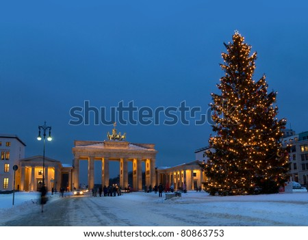 berlin pariser platz and brandenburg gate in winter with christmas tree
