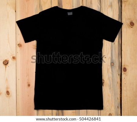 Black blank t-shirt bon a wooden background