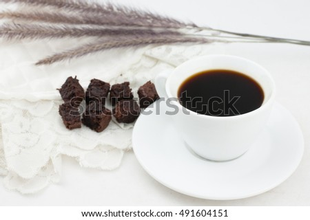 Black coffee, brownies, put on a white cloth.