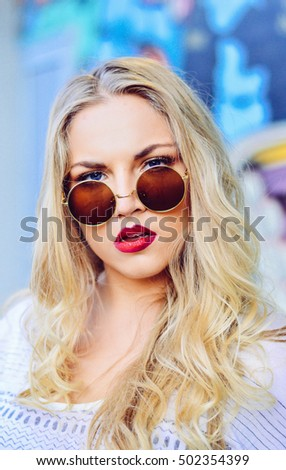 blonde girl with round sunglasses