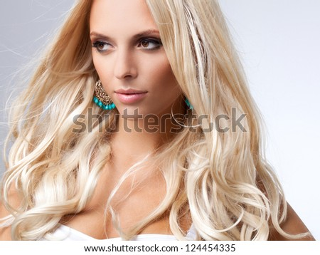 Blonde Hair. Portrait of beautiful blonde with Healthy Long Hair.