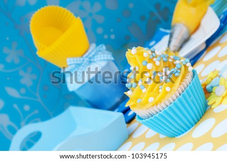 Blue and yellow cupcake setting with empty cups and a blue diner plateau - stock photo