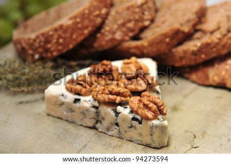 Blue cheese with bread and walnuts