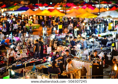 Blur night market with The chaos of the seller and the buyer.
