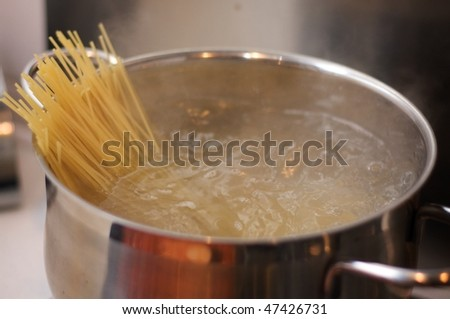 Boiling water with spaghetti
