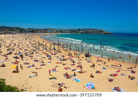 Bondi Beach full of tourists for vacation