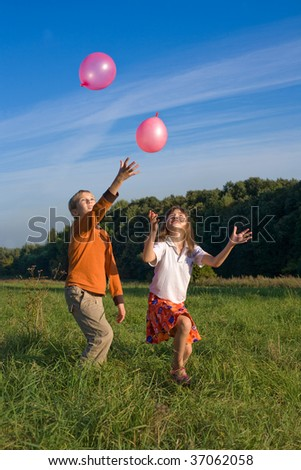 boy and girl play balloons