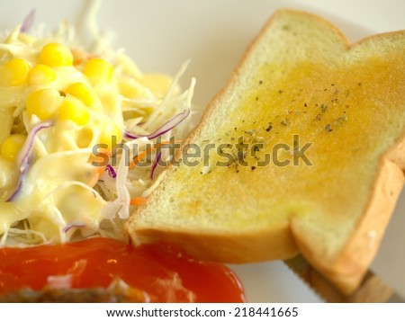 bread/bread with butter and salad.
