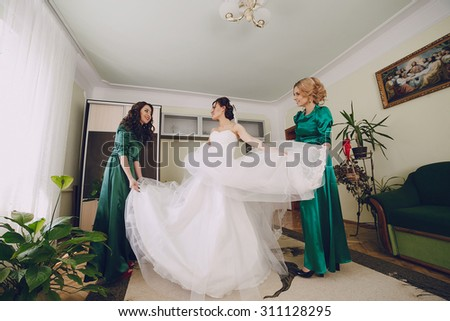 bridesmaids and bride prepare for the wedding in the color green