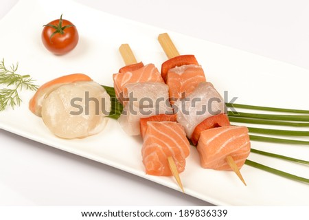 Brochettes of raw fish and shell Saint-Jacques