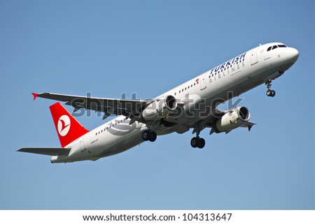 BRUSSELS - MAY 25: Airbus A321-231 of Turkish Airlines approaching Brussels Airport in Brussels, BELGIUM on May 25, 2012. Turkish Airlines is the national flag carrier airline of Turkey.