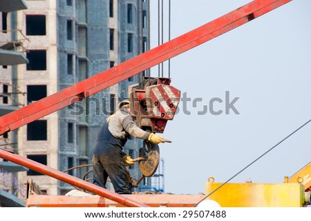 Builder works with the elevating crane