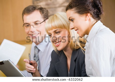Business woman gives instructions to new specialist