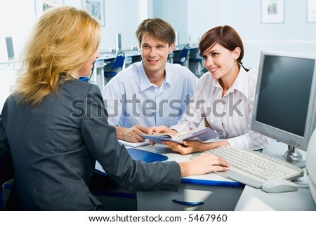 Business woman is explaining work to her co-workers in the class room