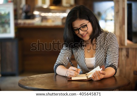 Businesswoman working in a coffee shop.