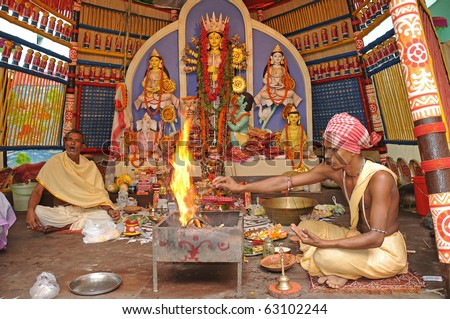 CALCUTTA - OCTOBER 16: Unidentified hindu priests chants prayer on the day of Mahanavami of Durga Puja on October 16, 2010 in Calcutta, India.