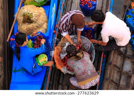 CAN THO, VIETNAM - FEBRUARY 5, 2015: Unidentified Vietnamese in Cai Rang Floating Market, Can Tho, Vietnam's southern province, purchase the busiest on boat