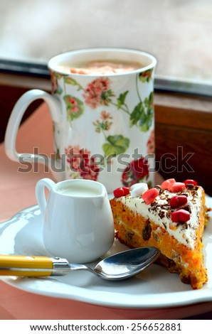 Carrot cake and marshmallow decaffeinated coffee - stock photo