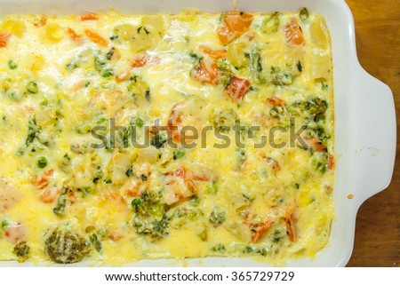 Casserole with pasta, vegetables and cheese