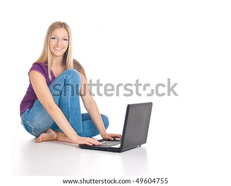 Caucasian blonde woman on the floor, smiling with laptop