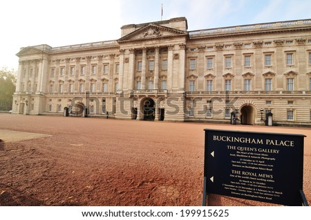 Changing the guard announcement at Buckingham Palace - stock photo