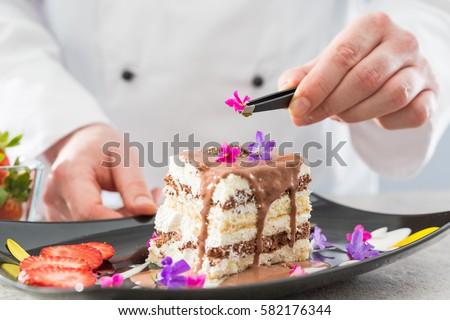Chef Decorate Dessert Decoration Flowers Fruit Stockfoto Lizenzfrei