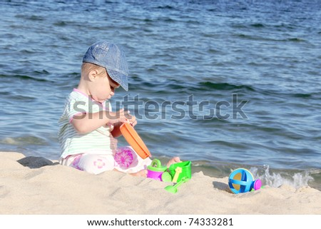 child plays near the sea