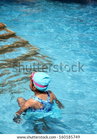 Children playing in thepool