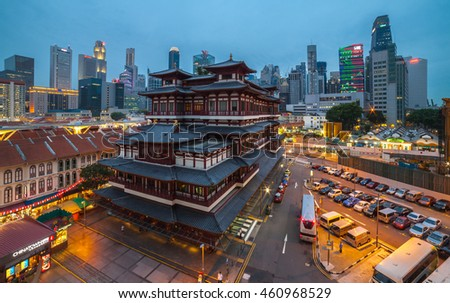 CHINA TOWN ,SINGAPORE ;JUNE 5 ,2016: The Buddha Tooth Relic Temple comes alive at night in Singapore Chinatown