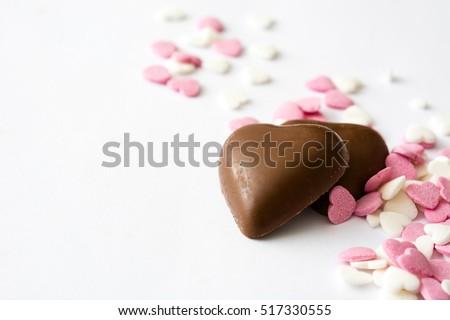 kẹo sô cô la với hình trái tim và bánh kẹo trên nền trắng