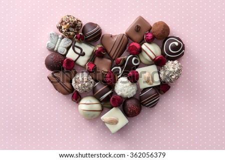 Kẹo sôcôla và hoa khô màu hồng cấu hình trái tim.  món quà ngọt ngào của tình yêu cho Ngày Thánh Valentine.