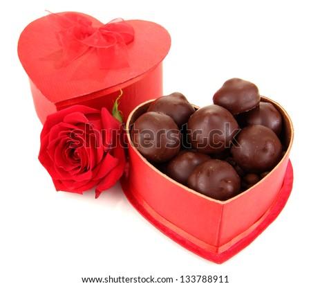 Kẹo sôcôla trong hộp quà tặng, bị cô lập trên trắng