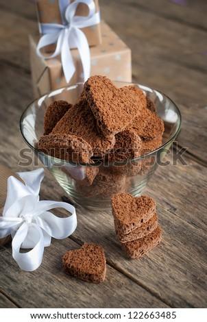Cookies Sô cô la trong Shape of Heart tại ngày St Valentine với hộp trên nền gỗ