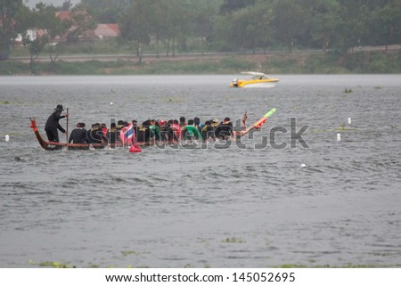 CHONBURI,THAILAND - NOVEMBER 18: Unidentified crew in traditional Thai long boats compete during PATTAYA INDO-CHINA LONG-BOAT RACING 2012 on November 18,2012 in Pattaya,Chonburi