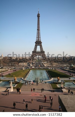 Classic view of the Eiffel tower and the gardens of palais de chaillot